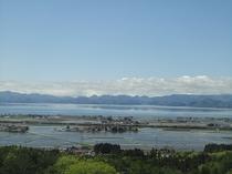 レイクビューの客室より見下ろす猪苗代湖と田園風景