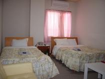 210号室 バストイレ付。ご家族様向け三名様宿泊可能。ホテル館内貸切大浴場利用可!!