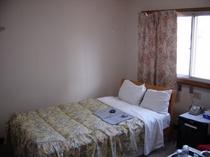 215号室。セミダブルのお部屋。バストイレ付。お1人様滞在歓迎。ホテル館内貸切大浴場利用可!!