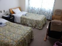 2F206号ツインルームバストイレ付。日当たりのよいお部屋です。大浴場利用可!!