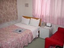 2F213号室。セミダブルベッド設置。カップルでも!ホテル館内貸切大浴場利用可!