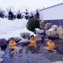 *露天風呂(冬)/雪景色を眺めながら温かい露天風呂につかるのは格別です。