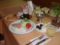 忍野高原産の卵や地元産野菜中心の朝食手作りドレシングもおいしいと評判がいいですよ。