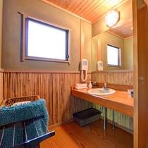 *特別室・蘭石亭(客室一例)/掃除の行き届いた洗面スペース。