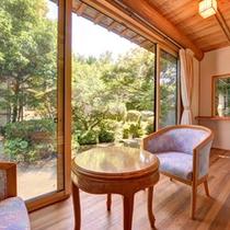 *離れ(客室一例)/四季の表情を満喫できる日本庭園。外に出てお散歩することも。
