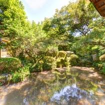 *離れ(富士)からの景観/四季の表情を満喫できる日本庭園。外に出てお散歩することも。
