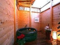 【風呂】二人で星空を眺めながら入浴できる貸切露天風呂