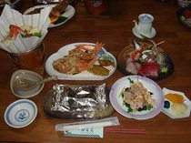 12. 海、山の幸をつかった夕食の一例