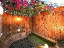【風呂】ブーゲンビリアに囲まれた温泉お風呂で旅の疲れを癒してください