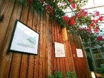 【風呂】温泉浴室の廊下には海をテーマにした絵画が飾られている