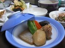 夕食のお料理【煮物】。山間の温泉宿らしい素朴な里山料理も並びます※季節により変更有