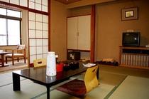 10畳トイレ付の客室(例)。家族連れでもゆったりと過ごすことができる空間(一部和式トイレとなります)