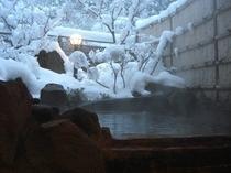 【雪の貸切露天風呂】水墨画のような静かな風情で楽しめる雪見露天を楽しめるのは冬だけ!