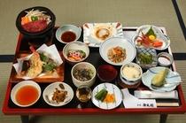 夕食は、地元食材を使う郷土色豊かな和食膳(例。ご予算により品数が異なります)
