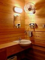離れにある貸切露天風呂の脱衣場。室内にはお手洗い、冬季限定でヒーターも設置しております。