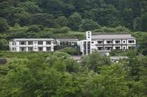 【グリーンシーズン】荒雄川対岸から望む当館。豊かな自然に囲まれた鳴子温泉郷へようこそ!