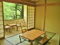 【山側】6畳バストイレ付きの客室(例)見事な枝ぶりの木々が新緑に彩られるシーズンがオススメ!