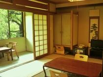 【山側】8畳バストイレ付きの客室(例)青々と茂る緑と木々が季節の移ろいを感じさせてくれる