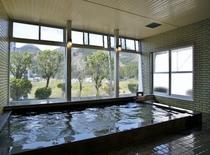 【男性用大浴場】眼下に広がる「荒雄川」、窓の外には雄大な山々。見晴らしの良い展望温泉です