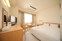 【ダブルルームB】ゆったりと過ごせる広いお部屋に140cmのダブルベッドをご準備しております♪