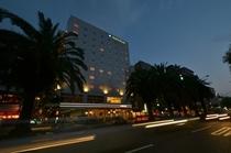 ホテル外観です〜夜〜☆高知市の繁華街の中心に位置しております♪