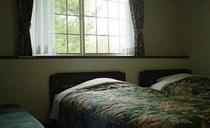 【お部屋】キルティングのベッドカバーが部屋に入ると目に入ります