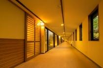 部屋をつなぐ長い廊下