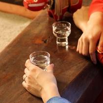 ロビーにある囲炉裏を囲んで地酒を一杯・・・