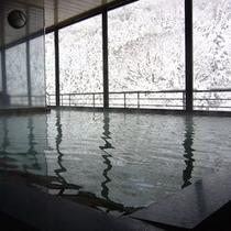 展望風呂 雪化粧した山を見ていると心が洗われるような気持ちになります