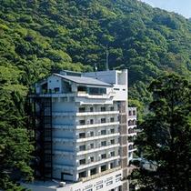 【千代滝外観】大自然の中に立つ高台の宿