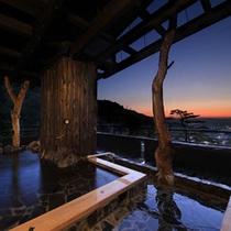 城下町に沈む夕日を最上階の露天風呂から