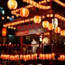 東山盆踊り 毎年お盆の4日間に開催。川の真上に立つ櫓を囲み会津磐梯山を踊る