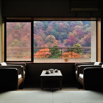 【温泉郷を望む】ゆったりした丁寧な造りの客室 12.5畳
