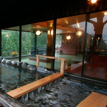 最上階にある展望大浴場と露天風呂は併設されております