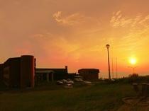 日本海へ沈む夕陽とホテル外観