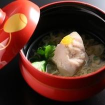 信州ハーブ鶏と蕎麦の実はお椀でどうぞ。