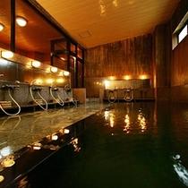 檜風呂/1階女性大浴場です。浴槽入口に手すりと段差がございます。
