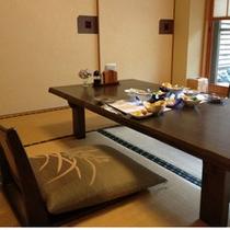 ●朝食会場(人数に合わせてテーブル配置をします)