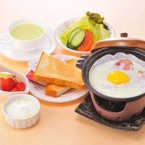 綾部産の新鮮野菜を使ったサラダ、朝食専用のパンなどの洋朝食です