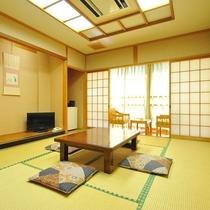 【和室10畳】窓からは清流由良川と綾部の里山が一望できます