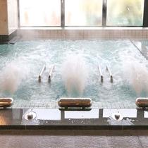 大浴場にはジェットバスなど13種類の浴槽を完備。サウナも2種類あります。