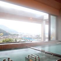 男性大浴場。由良川や綾部市の町並み、四季折々の山々、大江山あたりに沈む夕日などを楽しめます。