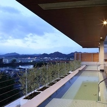 【大家族の湯】展望風呂。京都北部随一の壮大な景観が眺められます