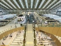 最先端のファッションとグルメスポットでもある大阪駅。毎朝当館から無料シャトルバスでお送りします。