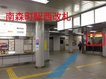1.地下鉄南森町駅を西改札から出て右手の階段(1番出口)に向かいます。〈西改札のゲートを背にした図〉