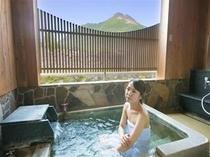 半露天風呂から由布岳を
