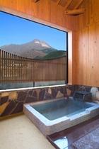 客室の露天風呂からの由布岳