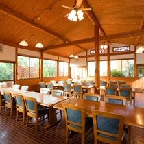 【レストラン】木のぬくもりを感じるログハウス調のレストラン。朝夕のお食事会場です。