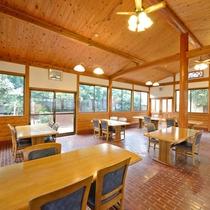 *【レストラン】木のぬくもりを感じるログハウス調のレストラン。朝夕のお食事会場です。
