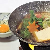 【ご夕食一例】寒い季節にはお鍋も♪とろ~り卵が味を引き立てます♪